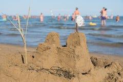 Sandslott som förbiser havet royaltyfri fotografi