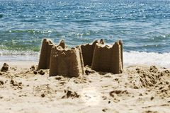 Sandslottar på stranden med havet i bakgrunden, s royaltyfria bilder