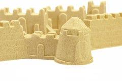 Sandslottvägg och torn som isoleras på vit bakgrund Arkivbilder