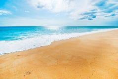 Sandsonnentageslicht-Entspannungslandschaft des blauen Himmels des Seestrandes Stockfotos