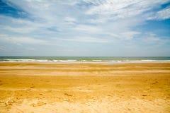 Sandsonnentageslichtentspannungs-Landschaftsstandpunkt des blauen Himmels des Seestrandes für Designpostkarte und -kalender in Th Lizenzfreie Stockfotografie