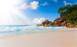 Sandsonnentageslichtentspannungslandschaftsstandpunkt-Designpostkarte Seychellen des blauen Himmels des Seestrandes Stockbilder