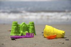Sandspielwaren auf dem Strand Stockfotografie