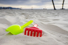 Sandspielwaren auf dem weißen sandigen Strand Lizenzfreie Stockfotografie