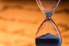Sandspring till och med ett timglas Arkivbilder