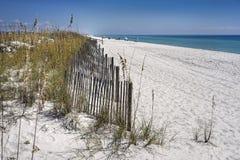 Sandstaket skyddar dyn på stranden Arkivfoto