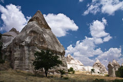 Sandstein-Liebestal der schönen szenischen Wüste felsiges mit enormen Höhlenbewohnern im blauen Himmel Lizenzfreies Stockfoto