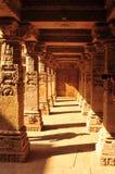 Sandstein tempel und Waterstorage treten gut von Ranis ki Vav lizenzfreies stockbild