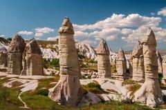Sandsteinanordnungen in Cappadocia, die Türkei Ansicht des Tales nahe Goreme stockbilder