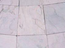 Sandsteinbodenbelag neben einem Garten Detail der Sandsteinbeschaffenheit Lizenzfreie Stockfotografie