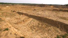 Sandsteinbruch in der Landschaft szene Draufsicht des leeren gelben Steinbruchs mit Straßen und Gruben auf Hintergrund des Grüns  lizenzfreies stockfoto