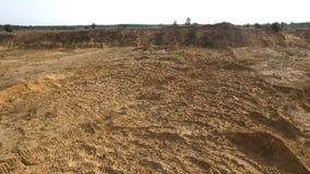 Sandsteinbruch in der Landschaft szene Draufsicht des leeren gelben Steinbruchs mit Straßen und Gruben auf Hintergrund des Grüns  lizenzfreie stockfotos
