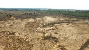 Sandsteinbruch in der Landschaft szene Draufsicht des leeren gelben Steinbruchs mit Straßen und Gruben auf Hintergrund des Grüns  lizenzfreie stockfotografie