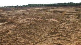 Sandsteinbruch in der Landschaft szene Draufsicht des leeren gelben Steinbruchs mit Stra?en und Gruben auf Hintergrund des Gr?ns  stockfotos