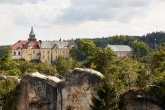Sandsteinfelsen nahe Renaissanceschloss Hruba Skala Lizenzfreie Stockfotos