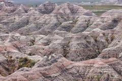 Sandsteingebirgstal mit Schichten Farben stockfotos