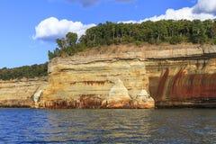 Sandsteinklippen auf Küstenlinie des Oberen Sees Stockfoto