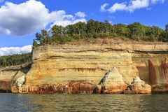 Sandsteinklippen auf Küstenlinie des Oberen Sees Stockbild