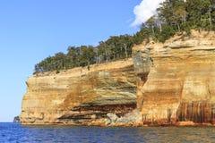 Sandsteinklippen auf Küstenlinie des Oberen Sees Lizenzfreies Stockfoto
