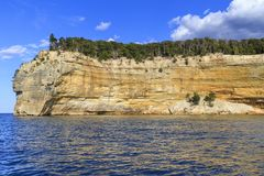 Sandsteinklippen auf Küstenlinie des Oberen Sees Lizenzfreies Stockbild