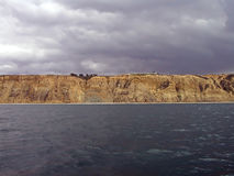Sandsteinklippen, -himmel u. -ozean lizenzfreies stockfoto
