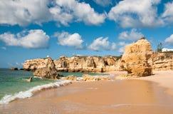 Sandsteinklippen nähern sich Albufeira Stockbilder