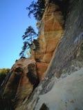 Sandsteinklippen nahe bei Fluss Stockfotos
