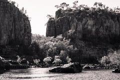 Sandsteinklippen in Schwarzweiss bei Katherine River Gorge Stockbild