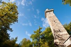 Sandsteinkontrollturm in einem Wald Lizenzfreie Stockfotografie