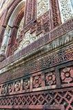 Sandsteinwand von Qutub Minar lizenzfreie stockbilder