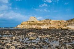 Sandstenbutte av Salt pannor, Xwejni fjärd, Xwejni, Gozo ö, Malta Royaltyfria Bilder