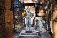 Sandstenstaty av guden khmerkonst på den forntida thai slotten eller Pras Arkivbild