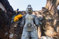 Sandstenstaty av guden khmerkonst på den forntida thai slotten eller Pras Royaltyfria Bilder