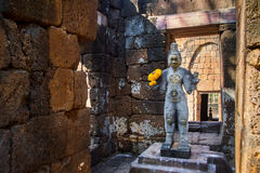 Sandstenstaty av guden khmerkonst på den forntida thai slotten eller Pras Arkivbilder