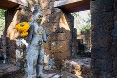 Sandstenstaty av guden khmerkonst på den forntida thai slotten eller Pras Fotografering för Bildbyråer