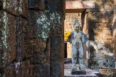 Sandstenstaty av guden khmerkonst på den forntida thai slotten eller Pras Royaltyfri Bild