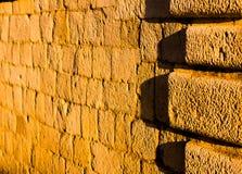 Sandstenvägg exponerad av solnedgång arkivfoton
