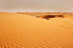 Sandstorm som kommer över den arabiska öknen Arkivbilder