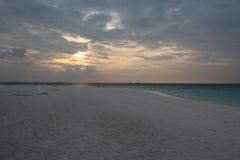 Sandstrand am Abend lizenzfreie stockfotos