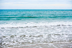 Sandstrand med det blåa havet Arkivfoton