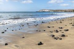 Sandstrand med havsstenar Royaltyfria Bilder