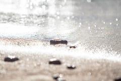 Sandstrand med havsstenar Royaltyfri Fotografi