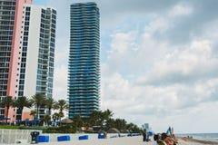 Sandstrand in Miami, Atlantik blauer Himmel, Palmen, Wolkenkratzer am Hintergrund lizenzfreies stockbild