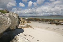Sandstrand mit Felsen Lizenzfreies Stockbild