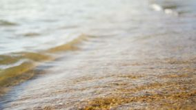 Sandstrand mit flacher Schärfentiefe des ausgewählten Fokus der Seewelle mit Sommeratmosphäre stock footage