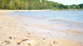 Sandstrand mit flacher Schärfentiefe des ausgewählten Fokus der Seewelle mit Sommeratmosphäre stock video