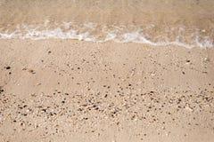 Sandstrand mit Welle Stockfoto