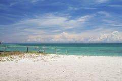 Sandstrand och hav Arkivbild
