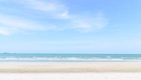 Sandstrand och vågor Royaltyfria Bilder