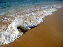 Sandstrand und -Gischt Lizenzfreies Stockfoto